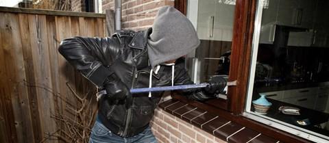 Een inbreker kan inbreken want hij zag op foto's van een micro sd dat er niemand thuis is