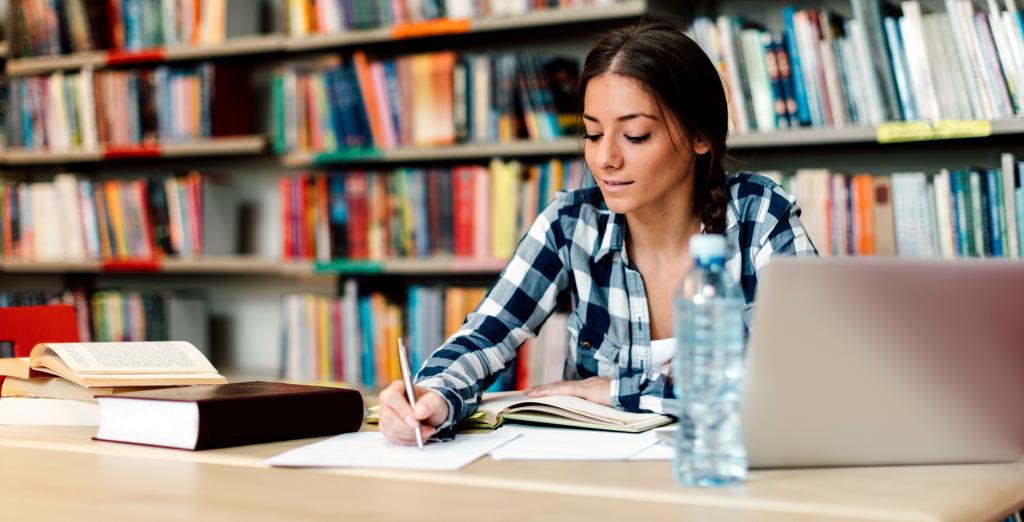Student studeert tijdens studententijd